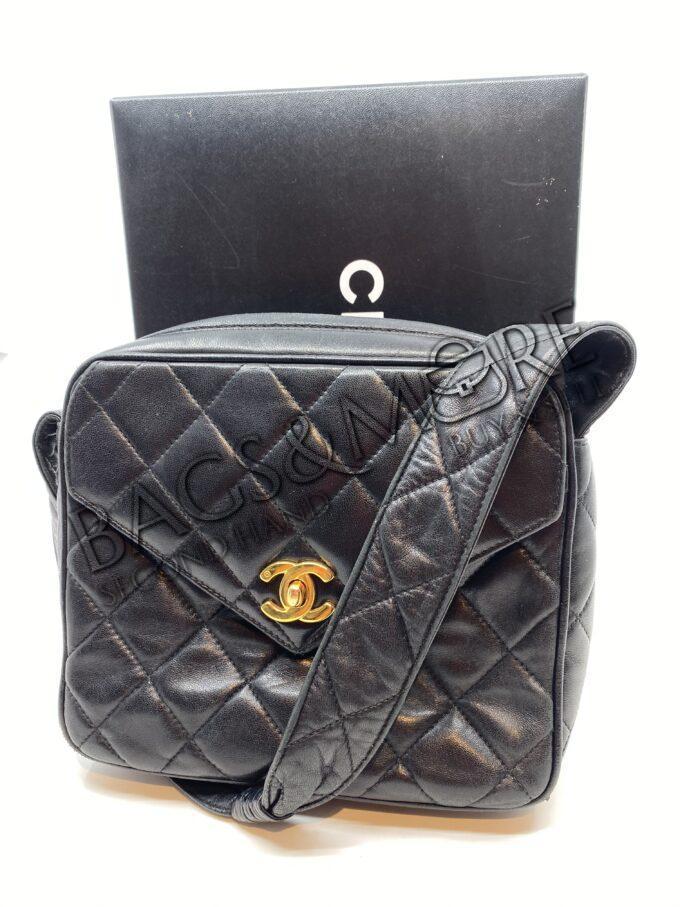 Chanel schoudertas zwart met goudkleurige accenten vintage