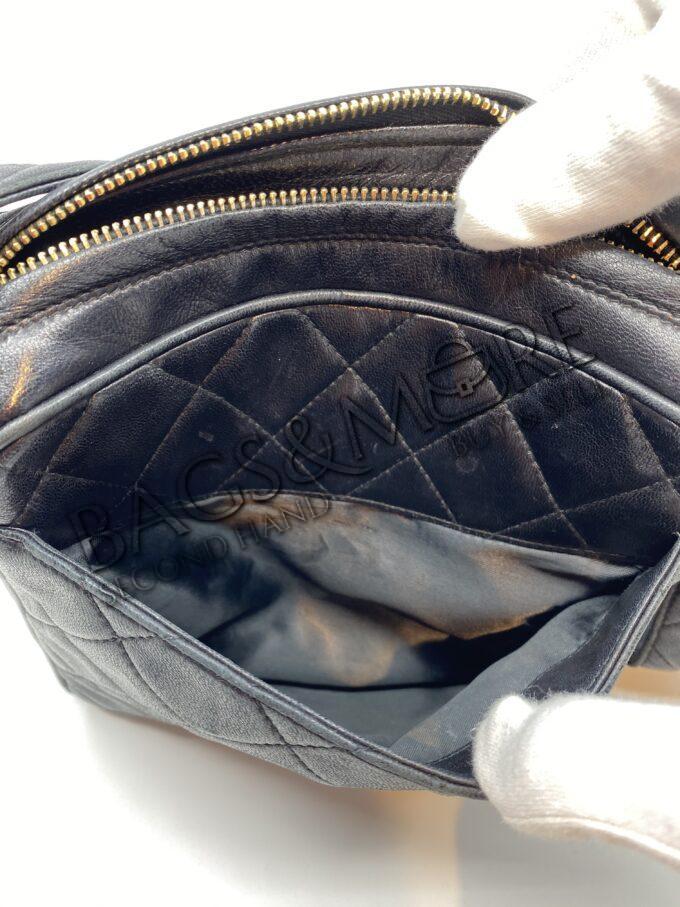 Chanel schoudertas kleur zwart met goudkleurige accenten vintage